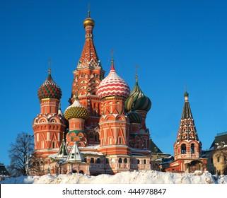 Moscú, Rusia, la Plaza Roja, vista de la Catedral de San Basilio en invierno, día brillante
