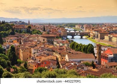 アルノ川に架かる橋のある、イタリア、フィレンツェ(フィレンツェ)の美しい街並みのスカイライン