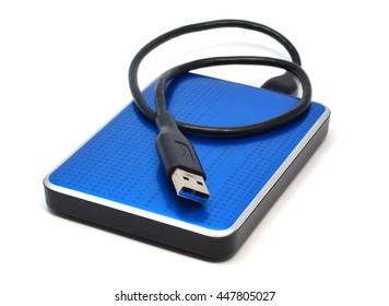 Disco duro externo azul para almacenamiento de datos y seguridad - aislado en fondo blanco
