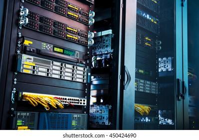 trabajando un servidor de computadora para puertas enrejadas.