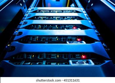 Montaje del servidor de la computadora en el bastidor en la sala del centro de datos con alarma de luz roja.