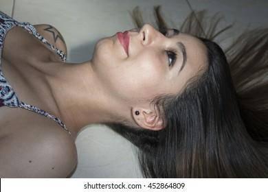 長い髪で横たわっている女の子