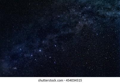Constelación Cassiopeia con banda estelar de nuestra galaxia, la Vía Láctea, en el oscuro cielo estrellado. Astrofotografía original sin el uso de imágenes de la NASA.