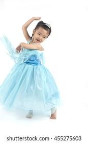 Kleines Mädchen tanzt wie Elsa von gefrorenem, im blauen Kleid