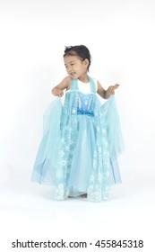 Kleines Mädchen hält ihr blaues Kleid, Prinzessin von Elsa gefroren
