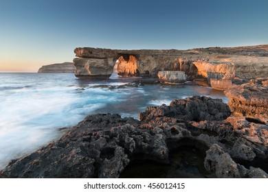 Kalksteinbogen, bei Sonnenuntergang als Azure Window bekannt, in Dwerja, Gozo, Malta. Dieser Ort wurde als Hochzeitsszene in Game of Thrones genutzt, als Daenerys Targaryen den Dothraki-Kriegsherrn Khal Drogo heiratete.
