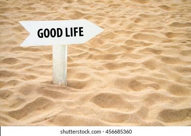 Gutes Leben Pfeilzeichen am Strand