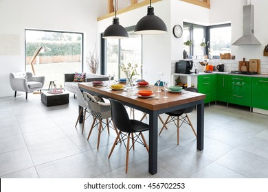 Moderno comedor con mesa de comedor, interior escandinavo