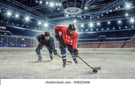 Hockeyspiel auf der Eisbahn. Gemischte Medien