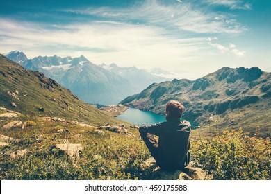 Viajero, hombre, relajante, meditación, con, sereno, vista, montañas, y, lago, paisaje