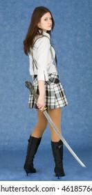 Adolescente femenino armado con katana sobre un fondo azul.