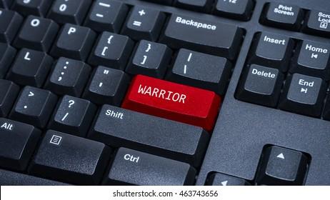 Ciérrese para arriba en la computadora personalizada ingrese el botón en el teclado con una palabra guerrero.