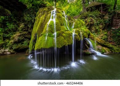 Bigar Wasserfall, Rumänien, gebildet von einer unterirdischen Wasserquelle, die spektakulär in den Minis River fällt