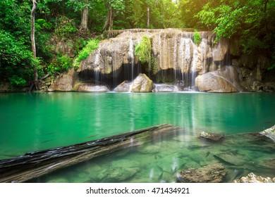 Erawan Wasserfall ist ein schöner Wasserfall im Frühlingswald in der Provinz Kanchanaburi, Thailand.