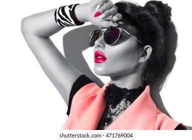 Belleza modelo de moda chica retrato en blanco y negro, con gafas de sol con estilo. Retrato de mujer sexy con maquillaje perfecto y manicura, accesorios de moda y ropa de moda. Tendencias de belleza