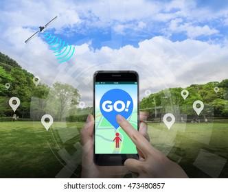Aplicación de juegos para teléfonos inteligentes que utiliza información de ubicación, sujete el teléfono inteligente con la mano y apunte a la pantalla