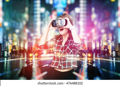 Doble exposición, chica joven que adquiere experiencia en auriculares VR, está utilizando anteojos de realidad aumentada, estando en una realidad virtual. En la ciudad de noche