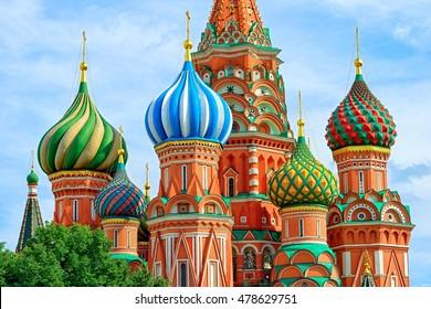 Kuppeln des berühmten Kopfes der Basilius-Kathedrale auf dem Roten Platz, Moskau, Russland