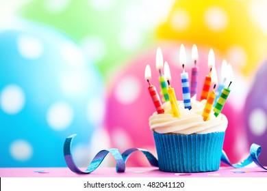 Magdalena decorada con velas de cumpleaños de colores