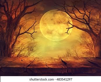Fondo de Halloween. Bosque tenebroso con luna llena y mesa de madera