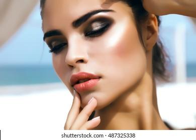 Beauty Fashion Frau Lippen mit natürlichem Make-up und beige Nagellack Matte Lippenstift und Nägel. Schöne Mädchen Gesicht Nahaufnahme. Nackte Farben. Sexy Lippen, Maniküre, Make-up, strahlende Haut, berührendes Gesicht, Herbst, schön