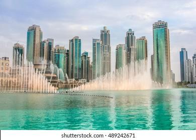 De Dubai Fountain is 's werelds hoogste fontein in Downtown Dubai. De populaire muzikale fontein van Dubai is een van de meest bezochte attracties van de Arabische stad.