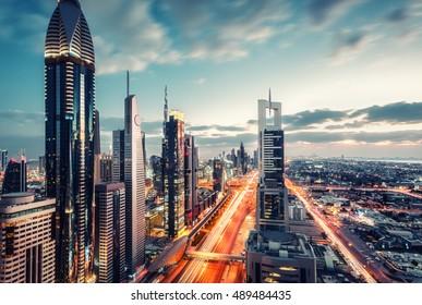 Horizonte escénico de una gran ciudad futurista con los rascacielos más altos del mundo. Vista aérea sobre el centro de Dubai, Emiratos Árabes Unidos. Viajes artísticos y antecedentes arquitectónicos.