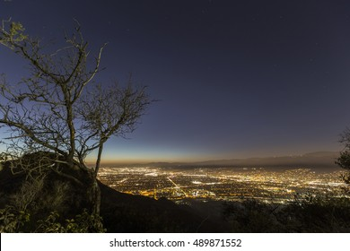 Nachtberg über Burbank und North Hollywood in Südkalifornien.