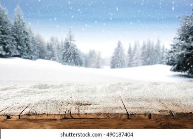 Lugar de mesa de madera vieja y sucia de nieve y árboles de lugar de nieve