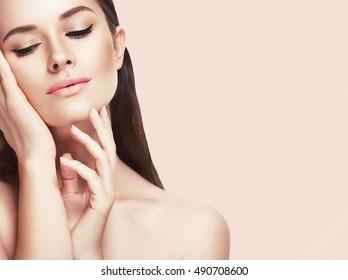 美しい女性の顔をクローズアップピンクのスタジオ