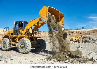 Radladerbagger in der Tagebaugrube aus Granit oder Eisenerz