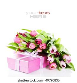 Tulipanes rosados y caja de regalo en un fondo blanco. Con texto de muestra.