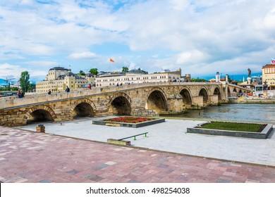 Une vue d'un célèbre pont de pierre à Skopje, Macédoine
