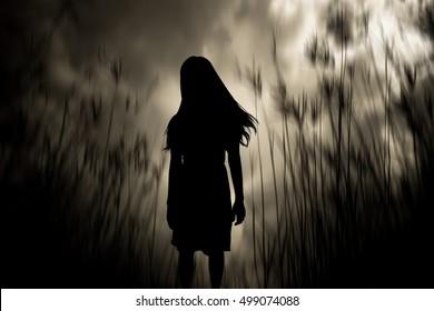 Mädchen, das in den Wäldern, Horror-Hintergrund für Halloween-Konzept und Filmplakatprojekt geht