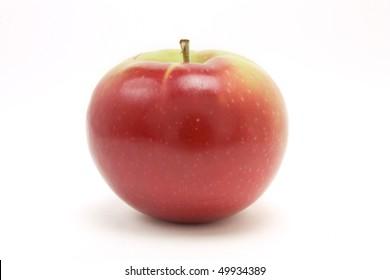 白い背景に対して分離された低い視点からの赤いマッキントッシュアップル。
