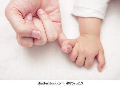 Mutter und Baby Hände Versprechen Freundschaft von Generationen, neue Familie und Baby Schutz vor Mutter Konzept