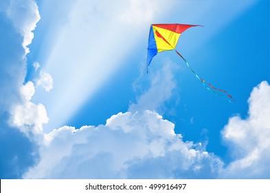 Cometa volando en el cielo entre las nubes