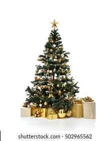 Dekorierter goldener Weihnachtsbaum mit künstlichen Sternherzengeschenken des Golder-Patchwork-Ornaments präsentiert für neues Jahr lokalisiert auf weißem Hintergrund