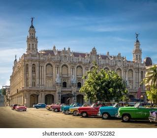 グランテアトロ-ハバナ、キューバの前にキューバのカラフルなヴィンテージ車