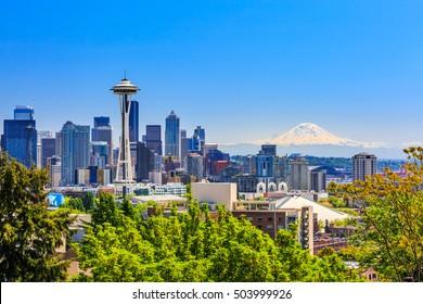 Skyline der Innenstadt von Seattle und Mt. Rainier, Washington.