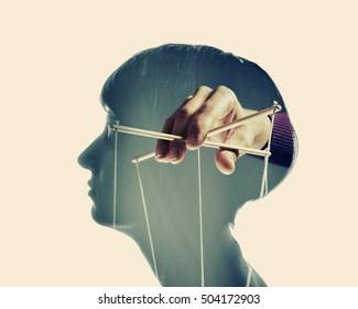 imagen de una mano, que manipula la mente de otra persona, aislada y tonificada