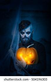 死んだマスクのフェイスアートの日に若い男とハロウィーンのコンセプト