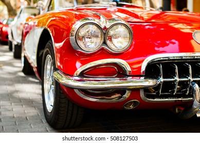 赤いヴィンテージカーのヘッドライトのクローズアップ。エキシビション