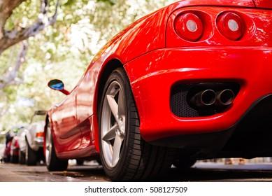 赤いフェラーリの背面図。エキゾーストとヘッドライト