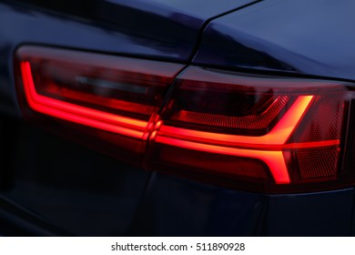 ロシアのモスクワ。車アウディのテールライトの赤い光