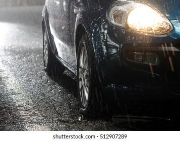 El coche se detiene bajo la lluvia