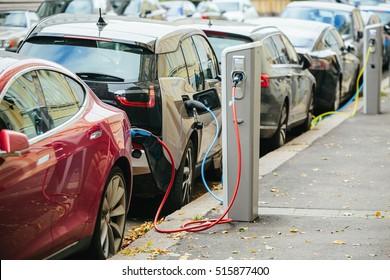Laden moderner Elektroautos (New Energy Vehicles, NEV) auf der Straßenstation