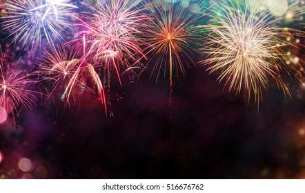 Abstrakter farbiger Feuerwerkshintergrund mit freiem Raum für Text