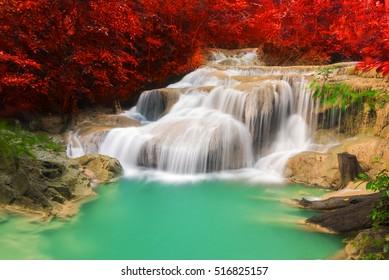 schöner Herbstwasserfall im tiefen Wald, Erawan Wasserfall, Kanchanaburi Provinz, Thailand