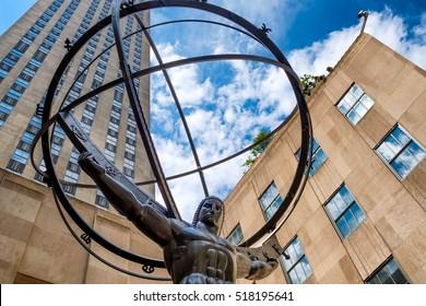 ニューヨーク市のロックフェラーセンターの前にあるアトラスの像